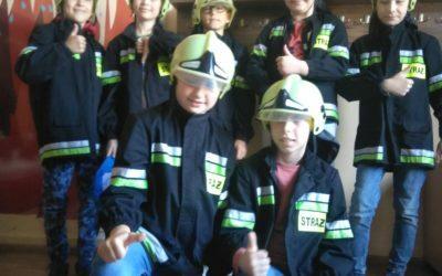 Nasi podopieczni wiedzą ja zachować się wsytuacji zagrożenia. Wiedzę ipraktyczne umiejętności zdobyli wJednostce Straży Pożarnej przy ulicy Rzemieślniczej.